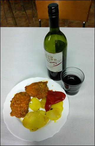 Carne empanada con pimiento rojo y patatas