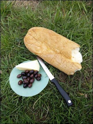 Picnic de queso pan y aceitunas