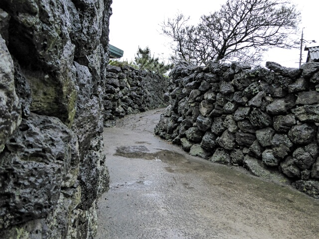 Olle - traditional path between houses