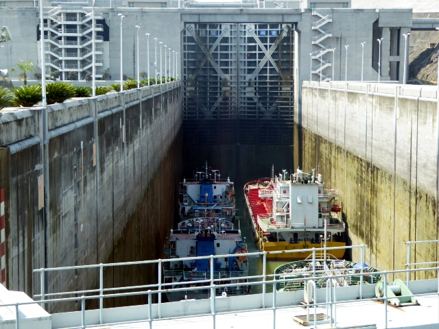 We will need to enter the locks to rise 80 meters to the top of the Dam
