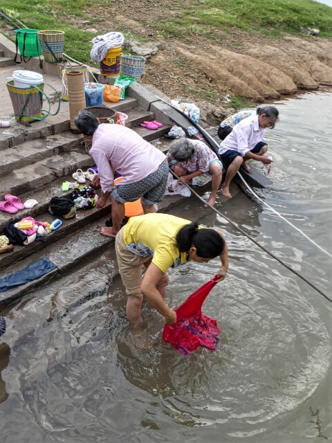 Shibaozhai women wash in the Yangtze
