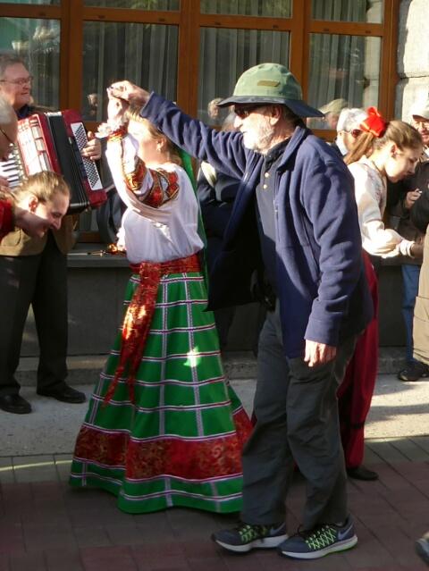 Jeff dancing on the Novosibirsk platform