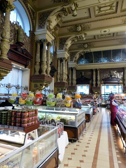 Opulent Moscow supermarket, open 24/7 too